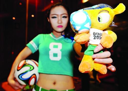 use)酒吧的足球宝贝手持世界杯吉祥物作为礼物赠送.-足球 喜迎世