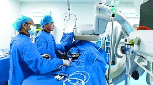 院二附院心血管内科主任夏中华教授正在开展心血管疾病介入诊疗手术