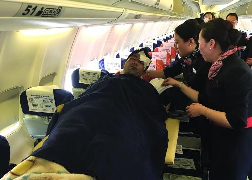 3月25日,在老挝首都万象的瓦岱国际机场,中国伤员被抬上飞机(手机