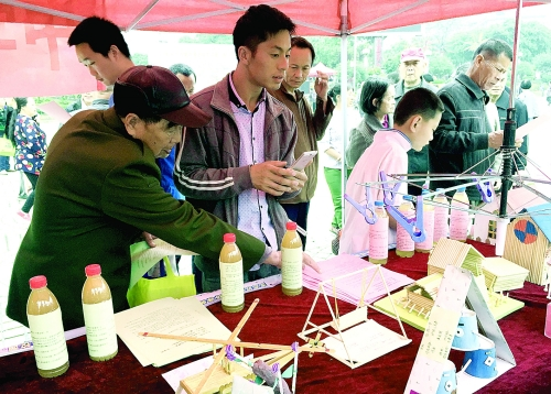 中学生小制作小发明作品展吸引人们驻足观看