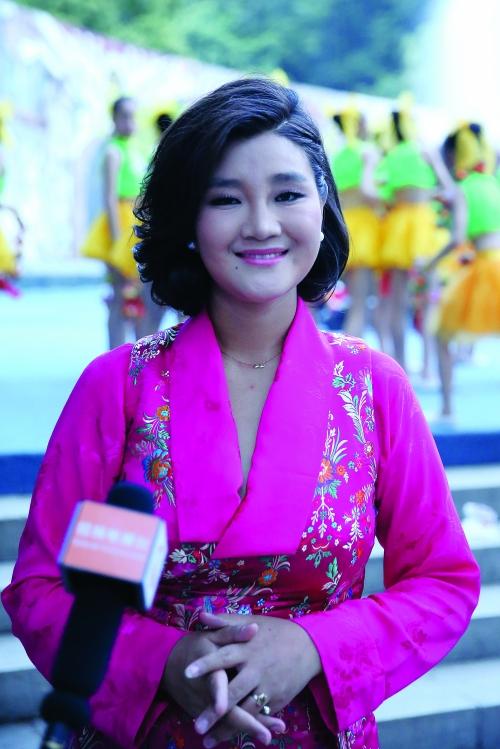 有一位漂亮的藏族姑娘显得特别与众不同,她就是藏族歌手降央卓玛.