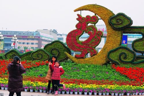 中心广场上的巨大绿雕.    通讯员李腾钊 摄