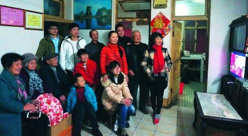 百岁老人陈剑华四世同堂,一起观看春节联欢晚会.