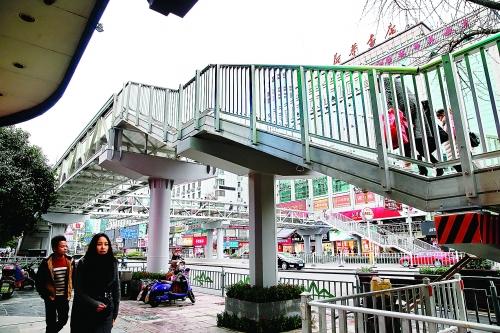位于中山中路桂林书城门口的人行天桥.记者唐侃 摄图片