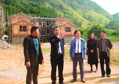 县委书记邓晓强(左二)在平安乡牛路头生态农庄调研乡村旅游发展.
