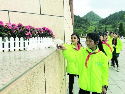 3月28日下午,灌阳县西山瑶族乡民族学校的师生们到酒海井红军纪念园敬献花圈、鞠躬默哀。 通讯员谌爱龙 王恒 摄