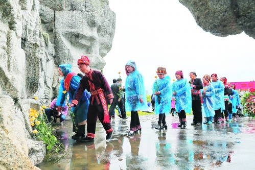 图为参加祭奠仪式的群众向烈士纪念碑献花。 记者唐侃 摄