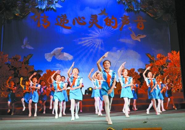 """传唱爱国主义歌曲庆祝""""六一""""儿童节"""