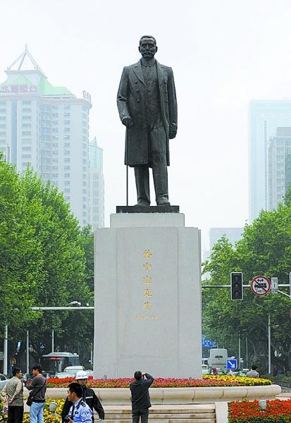 孙中山铜像重新矗立南京新街口