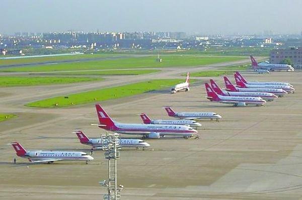 上午8点30分,飞机从海口起飞前往三亚时,15名旅客因不满航空公司服务
