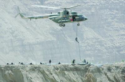 """在""""定点清剿""""演习中,直升飞机"""