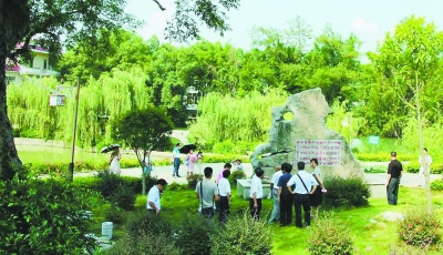 图为游客在该县平安乡黄岭村观光.