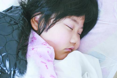 这是一个十分可爱的小女孩,精致的五官,细腻的皮肤,脸上写满了小女孩