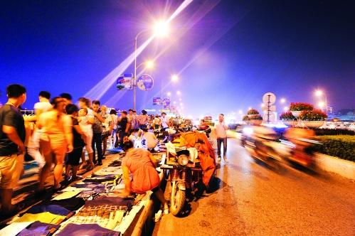解放桥上摆摊的人不仅占据了人行道,甚至还占用了非机动车道 高清图片