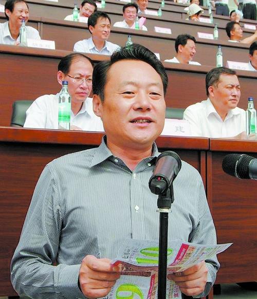 安庆市委书记拿旧日历当讲稿,其身后主席台中放置了高档矿泉水.