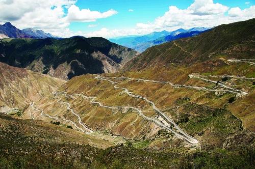 """这是国道318线川藏公路上的""""业拉山72拐""""(7月23日摄)."""