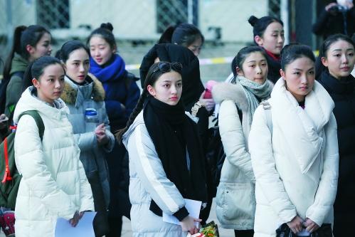 2月23日,考生在北京电影学院院内排队,准备参加表演学院复试.图片