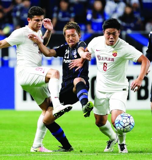 上海上港队球员埃尔克森(左)和蔡慧康(右)在比赛