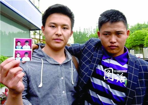 哥哥陈良伟展示了弟弟12岁被拐前与三弟的合影.