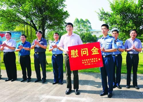 25日,市长周家斌(前排左)带领慰问组来到空军空降兵学院慰问官兵.图片