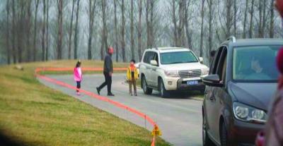 北京野生动物园又有游客违规下车