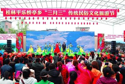 百姓大舞台带来节目《和谐圆舞曲》为农民朋友助兴.