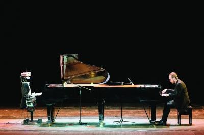 机器人与钢琴家同台献艺