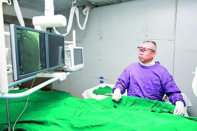 心血管内科主任伍于斌在为患者实施介入手术