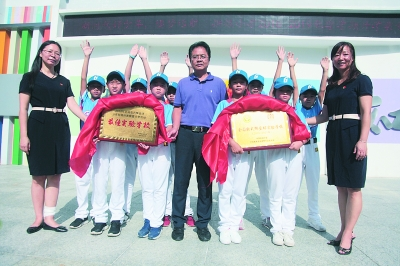 本报讯(通讯员胡颖文/摄)9月3日,由中国垒球协,中国教育学单人毽球踢法图片