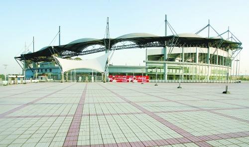 秦皇岛市奥体中心体育场的外景.   ■新华社记者杨世尧摄