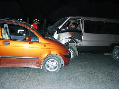 穿山东路七星花园附近发生一起交通事故,一辆面包车与一辆雪佛兰小车图片