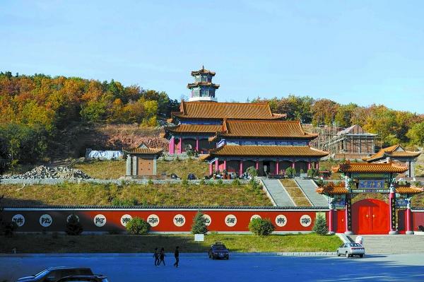 二龙山风景区内正在修建的一处规模较大的庙宇.