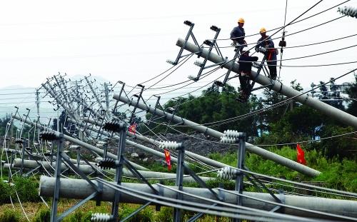 大片电线杆被台风吹倒,供电工人加紧抢修受损电路.