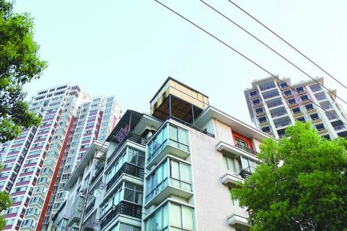 """楼顶私自搭建""""阳光房""""增了面积更增了安全隐患"""